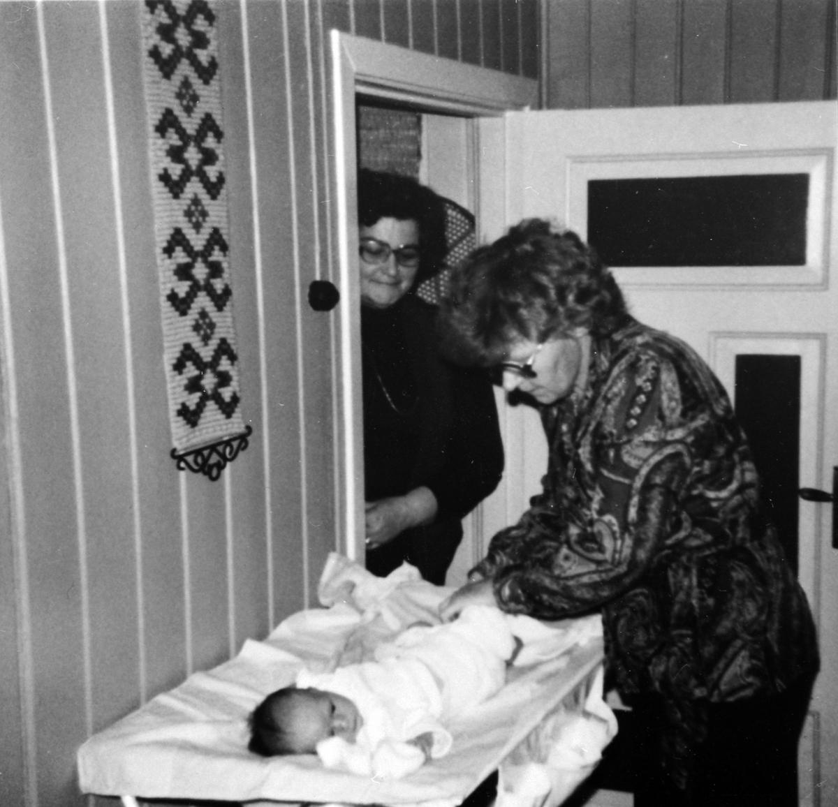 Helsesøster Anne Trollvik på hjemmebesøk, til venstre er Agnethe Kylstad. 1982.