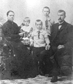GRUPPE: 5, LINA LINDSTAD, AUGUST LINDSTAD MED BARNA, PETTER (BAK), ALFRED, KAROLINE FØDT: 1904, LINDSTAD