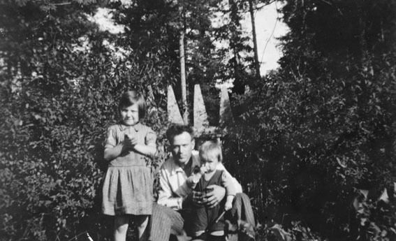 TRYGVE GRANBERG MED BARNA HJØRDIS OG TORBJØRN, CA 1935