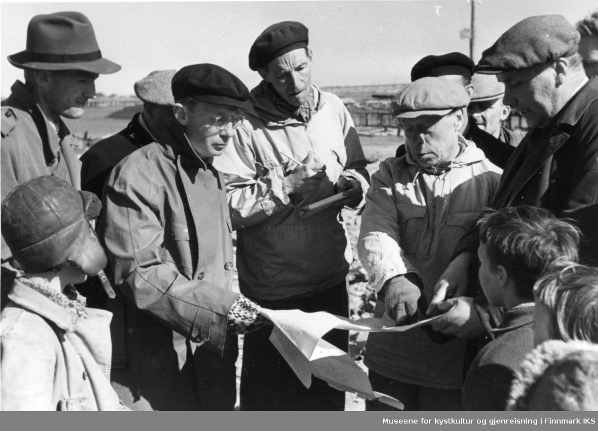 Gjenreisningsnemda fra Finnmark fylke. Personene til høyre er fylkesmann Hans Gabrielsen(hvit jakke) og Berlevågs ordfører Jentoft Jensen. 1945.