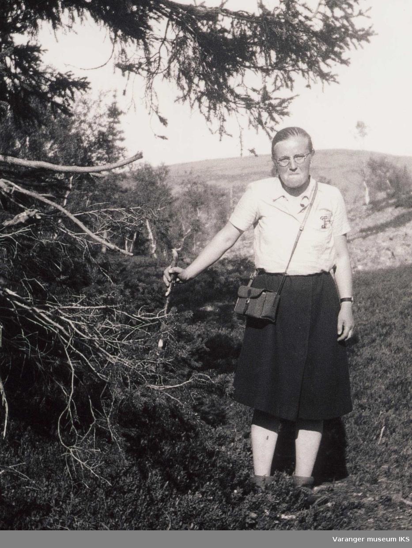 Ida Tuomainen på ferie i Finland. Poserer i skogen. Ca 1950-tallet