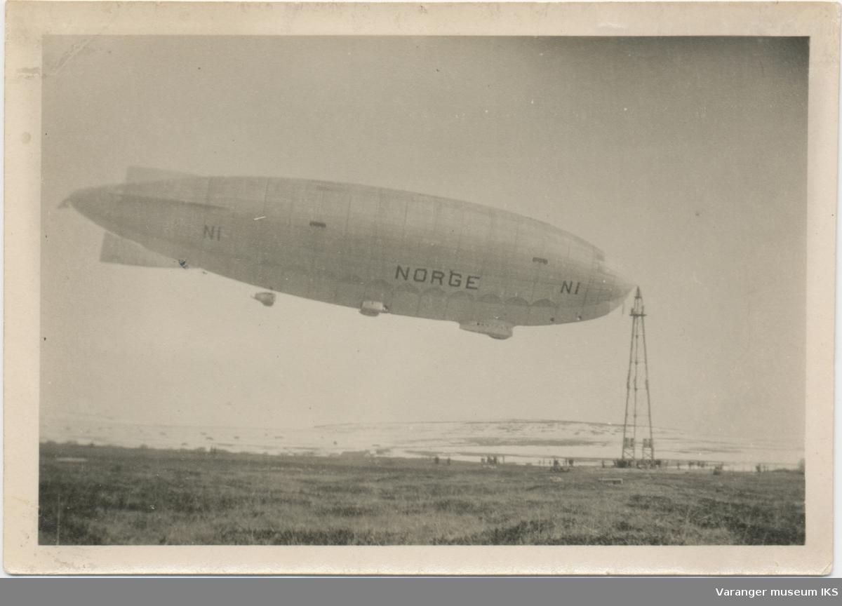 """Luftskipet """"Norge"""" fortøyd ved luftskipmasta på Vadsøya"""