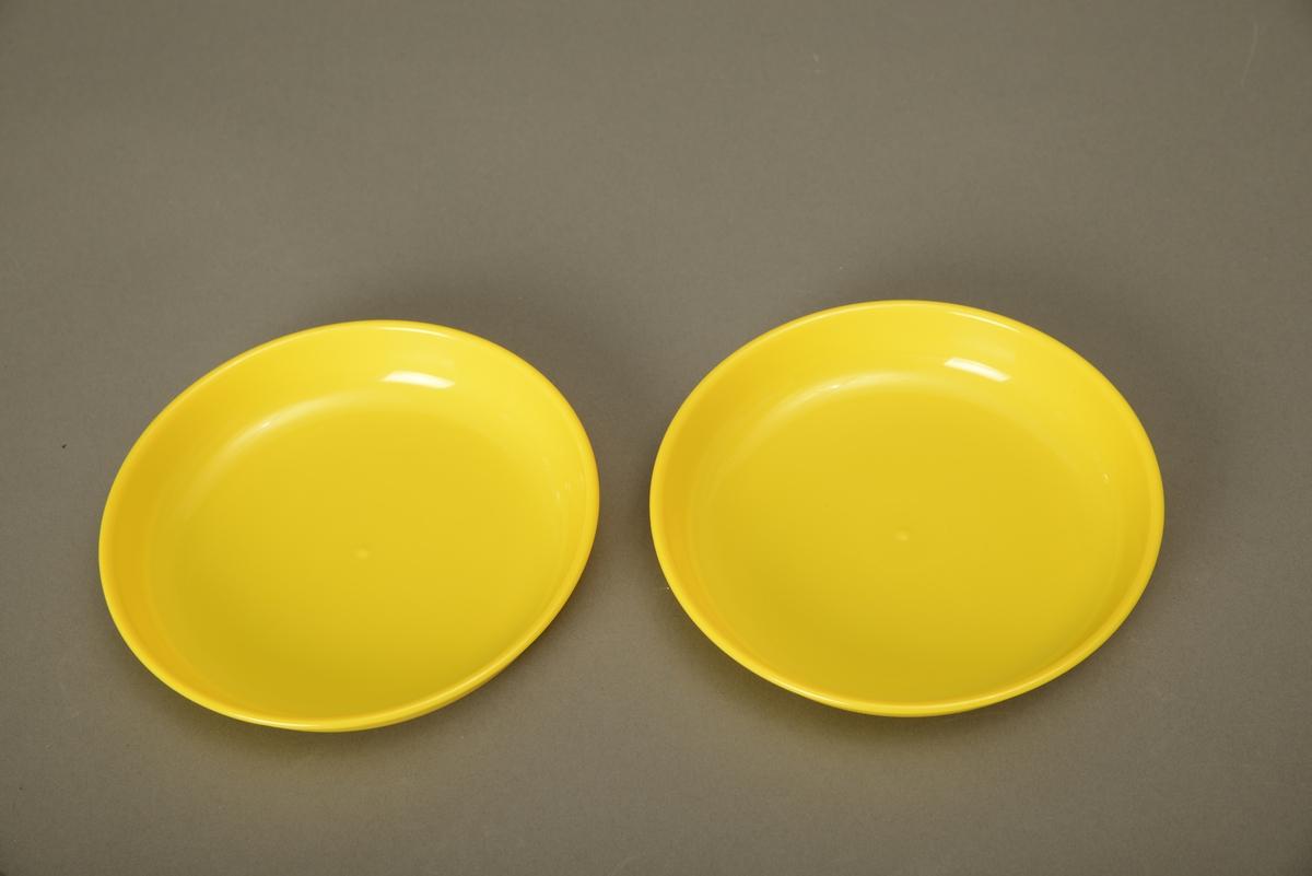 To gule tallerkener laget av plast med blank overflate, litt gjennomsiktig.Tallerkene har en kant som er cirka 3,2 cm høy.