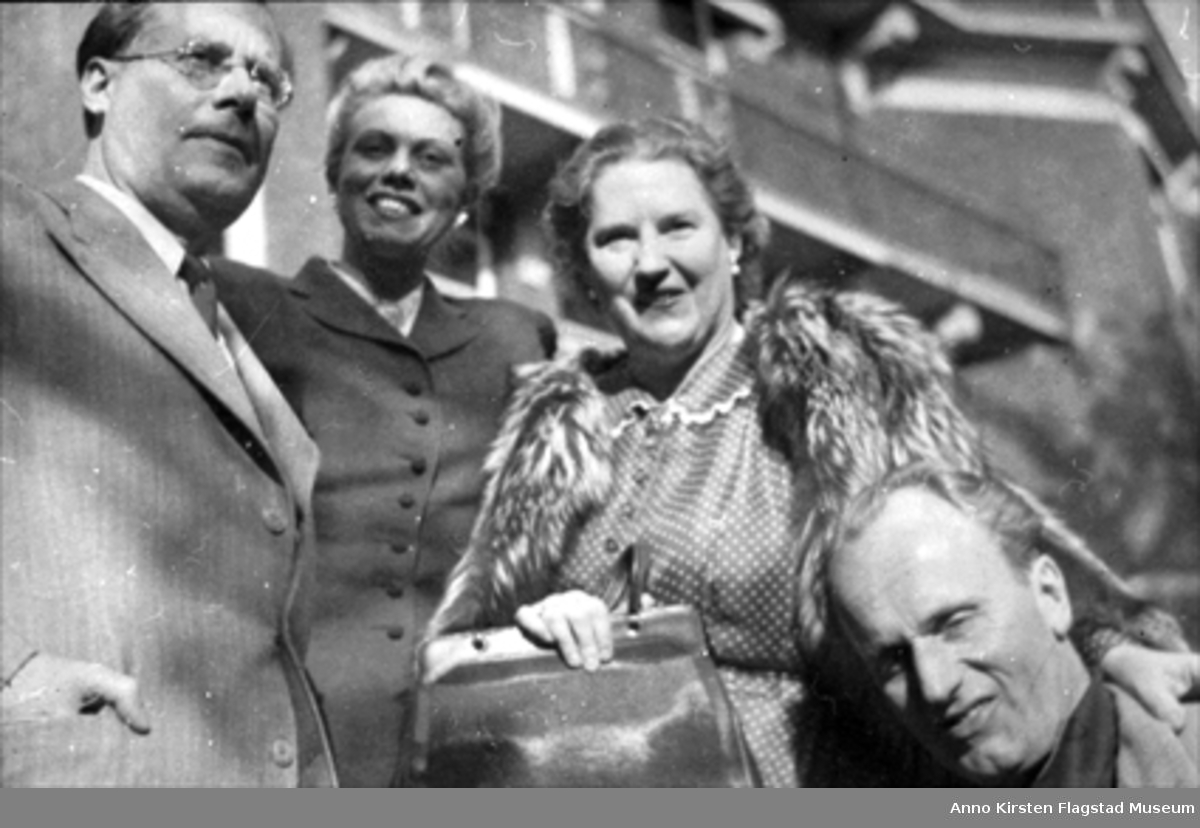 Fra venstre: Dirigent Karl Böhm, Constance Shacklock, Kirsten Flagstad, og Svanholm etter å ha spilt inn Liebestod fra Tristan und Isolde med Philharmonia Orchestra, London juni 1949. From left: Conductort Karl Böhm, Constance Shacklock, Kirsten Flagstad, and Set Svanholm after recording Liebestod from Tristan und Isolde with the Philharmonia Orchestra, London, in June 1949.
