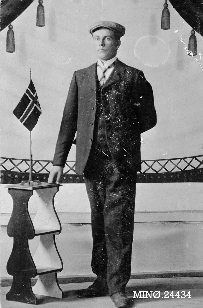 Portrett av ung mann, flagg