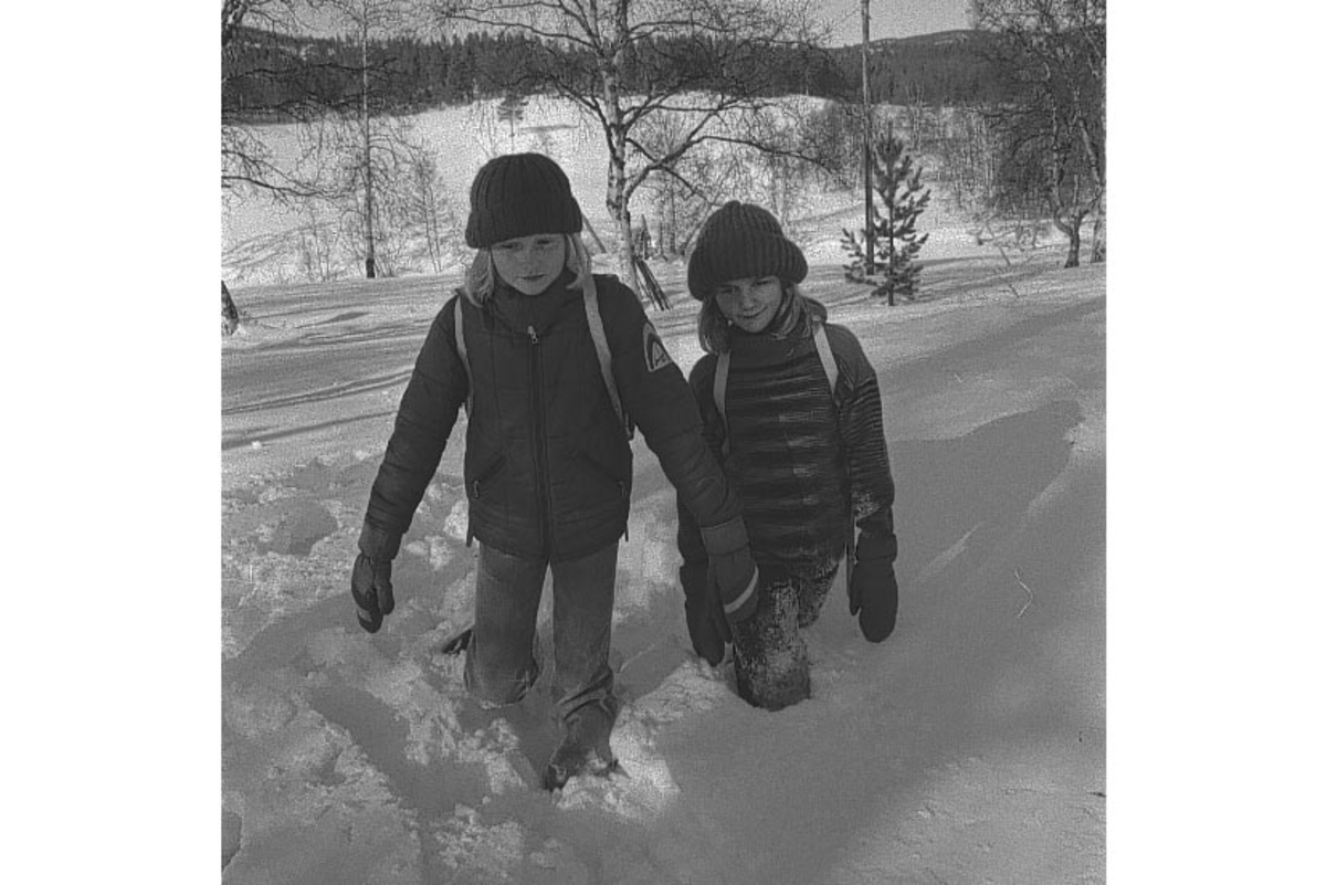 Folldal, Krokmoen, to barn går i dyp snø, Bruløse