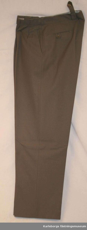 Långbyxa m/1939 - tillverkas ov gråbrungrön diagonaltyg. Byxorna är försedda med midjeband med knappar och knapphål. Blixtlås i gylfen. Samtliga byxor är försedda med sid- och bakfickor.