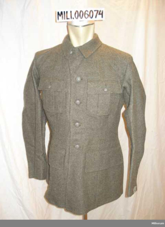 Vapenrock m/1939/58. Tillverkad 1945.