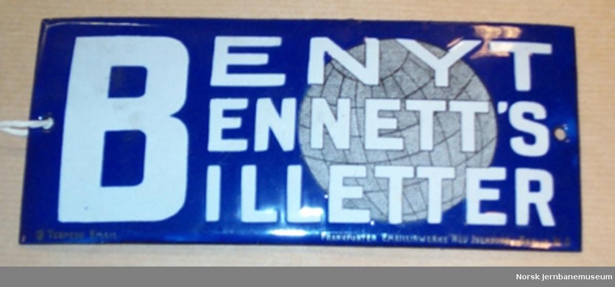 """Skilt : """"BENYT BENNET'S BILLETTER"""" - reklame på stasjon"""