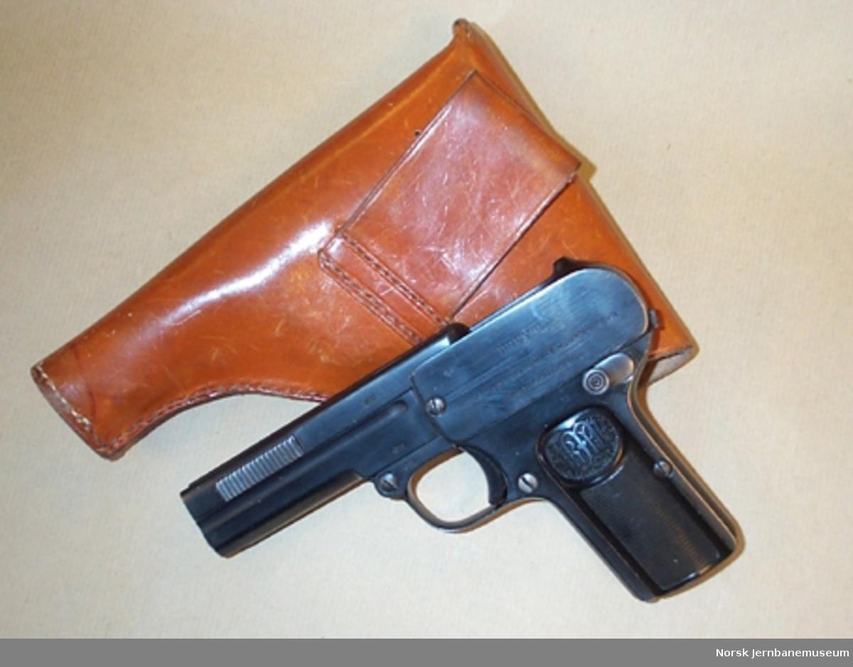 Pistol av merket Dreyse i lærfutteral