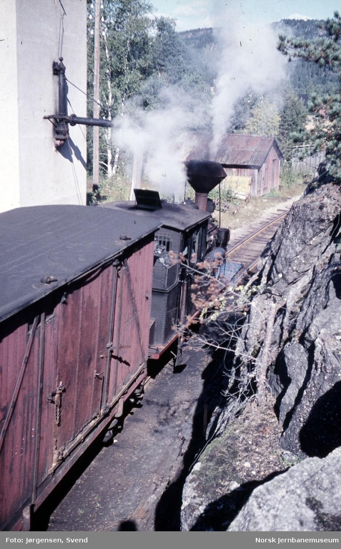 Damplokomotiv nr. 2 i godstog 5661 tar vann på Moisund stoppested