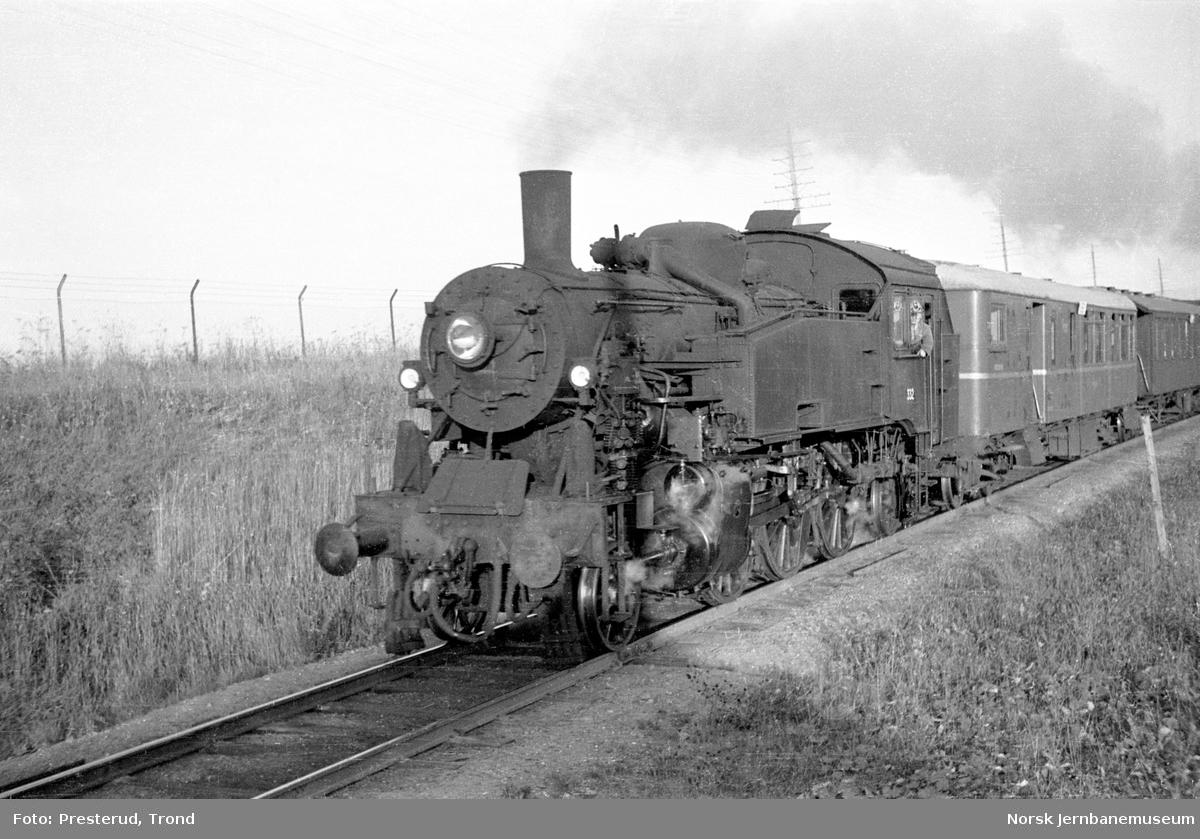 Damplokomotiv type 32b nr. 332 med lokaltog ved Leangen