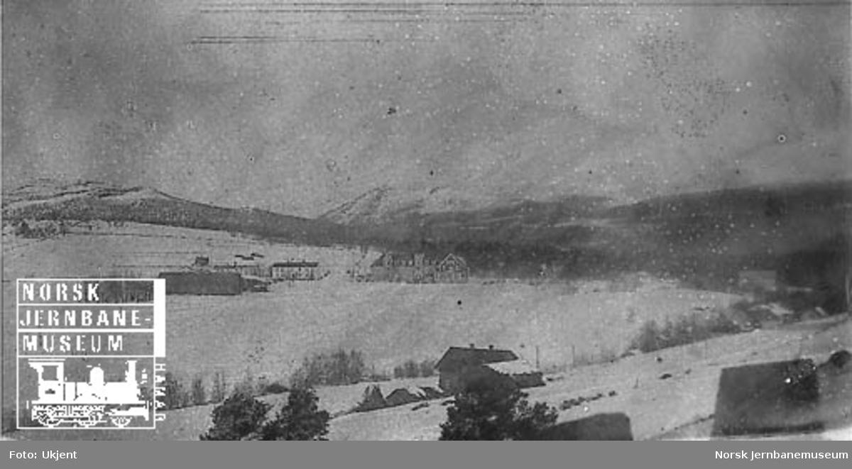 Vinterbilde fra Dombås, omtrent fra der stasjonen ble bygget, med Dombås gård
