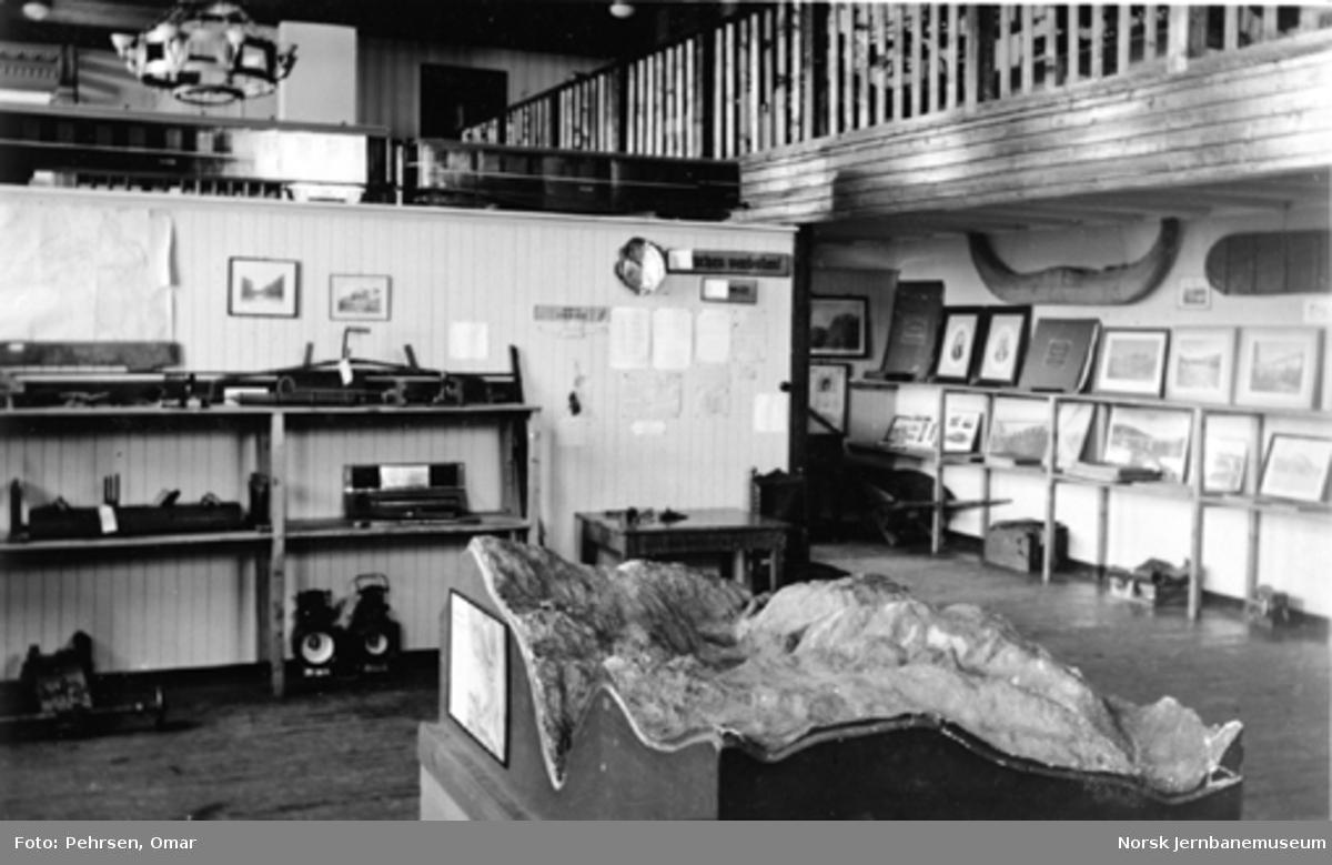 Jernbanemuseet på Disen : Fra utstilling om baneavdelingen med gipsmodell av øvre del av Flåmsbana