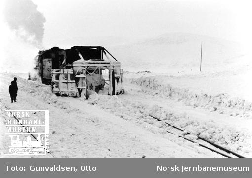 Snøskrape i bruk, trukket av damplokomotiv