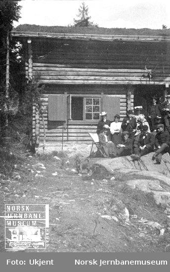 Familiebilde utenfor hytte på Skollerudåsen