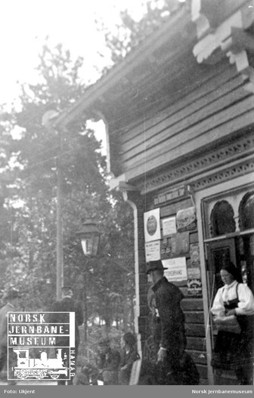 En samling menn på Byglandsfjord stasjon