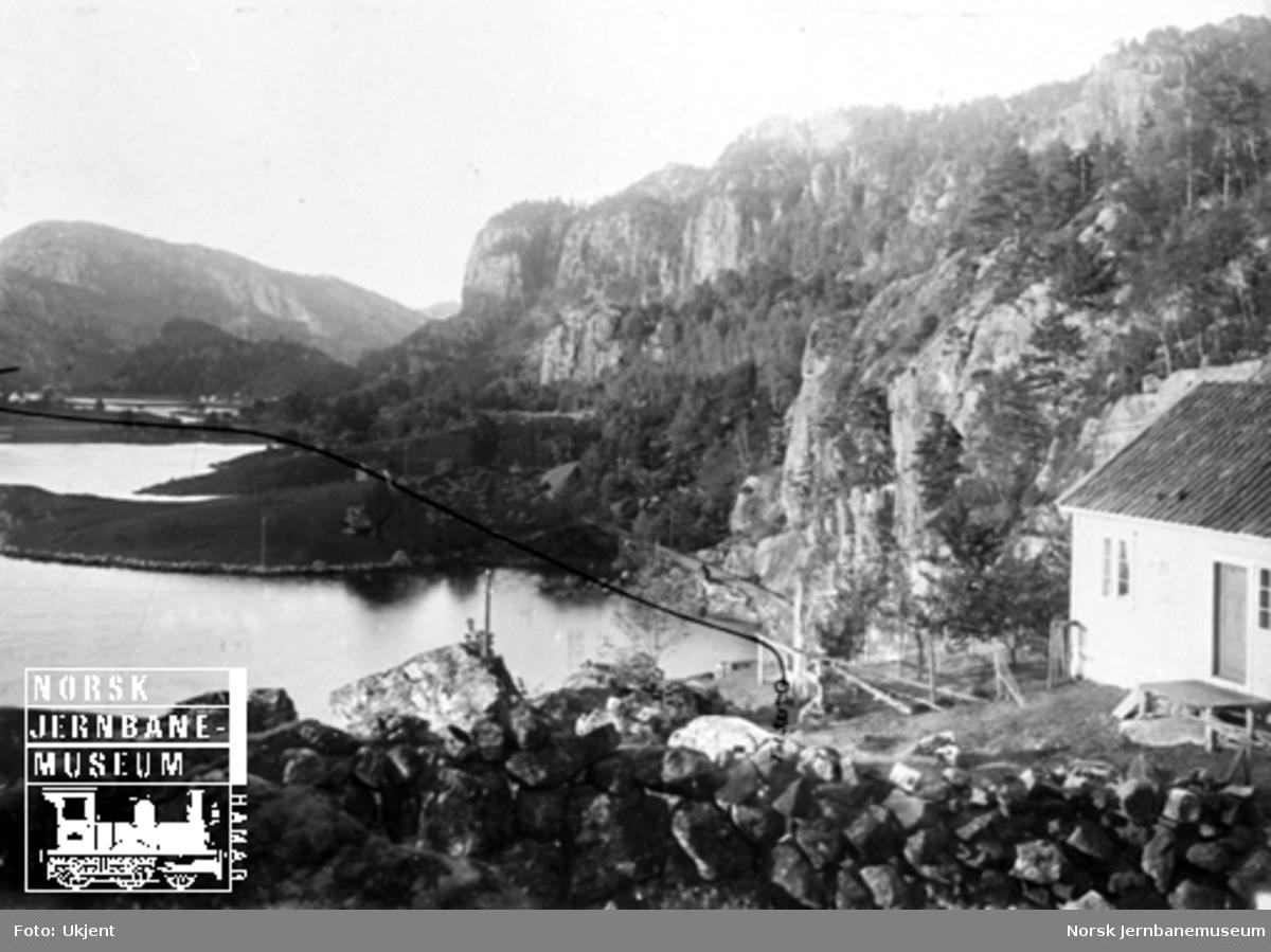 Fra Flekkefjordbanen før anlegget, parti ved Grisefjorden nordover til Løkene; jernbanelinjen er inntegnet med svart tusj