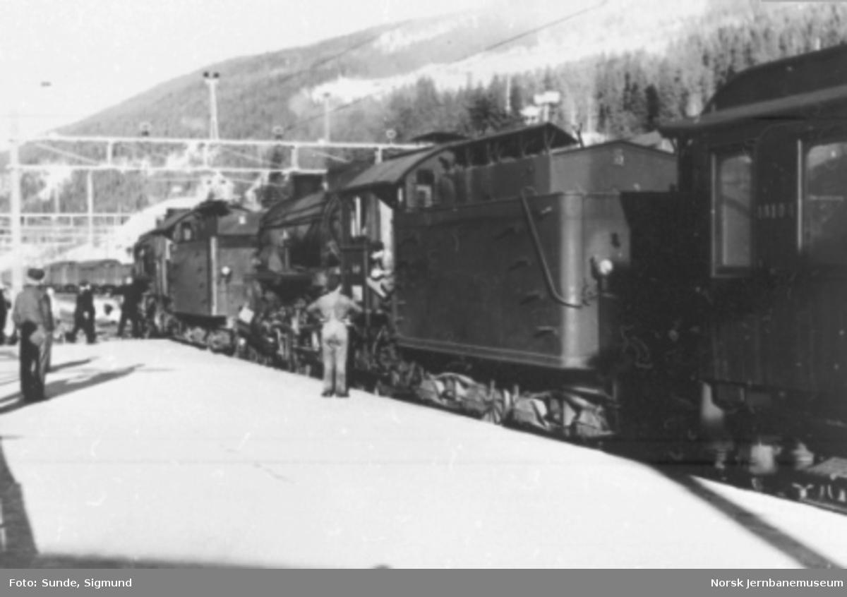 Østgående tog 7608 med damplokomotiv type 31b nr. 449 og 426 på Ål stasjon, fotografert bakfra