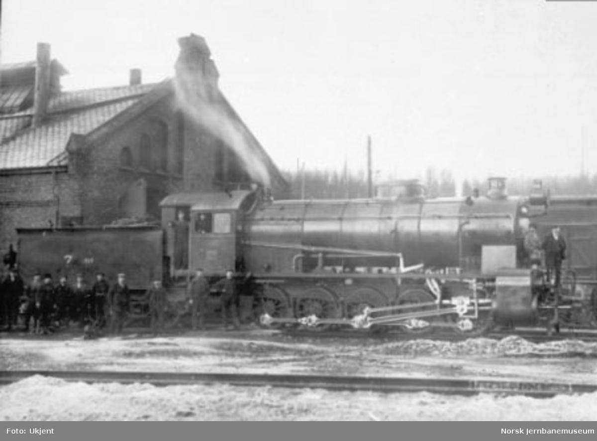 Damplokomotiv type 29a nr. 169 med personale utenfor stallen i Narvik