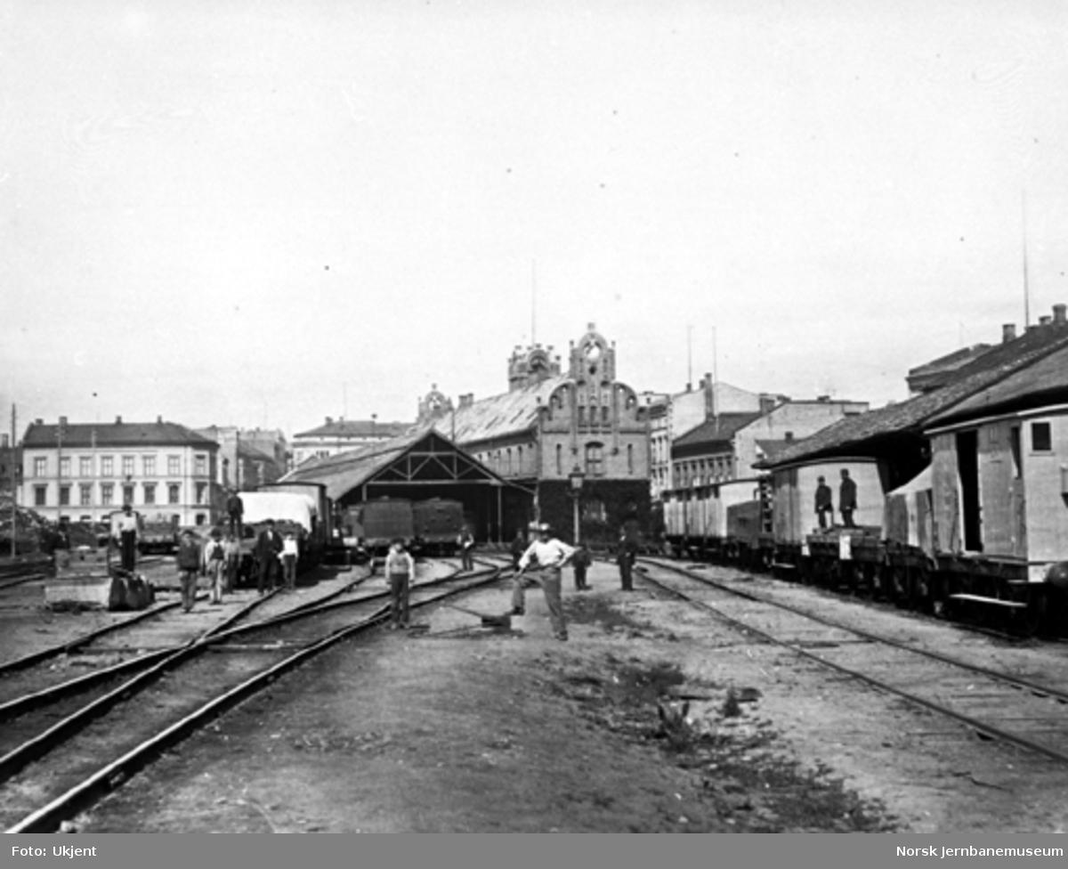 Stasjonstomta på Østbanen med godsvogner og jernbanefolk