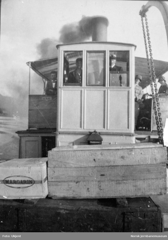 D/S Bægna; styrhuset fotografert forfra under fart, kasser på fordekket