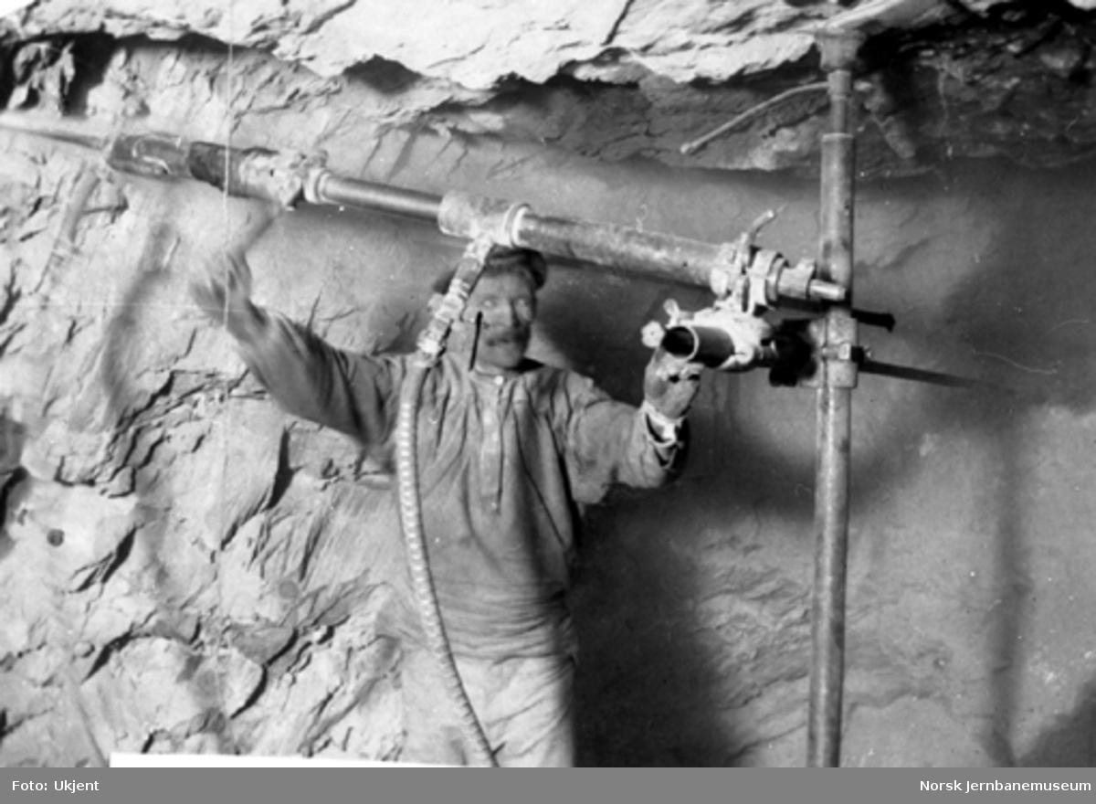 En mann i sving med maskinboring i Hestekrubben tunnel