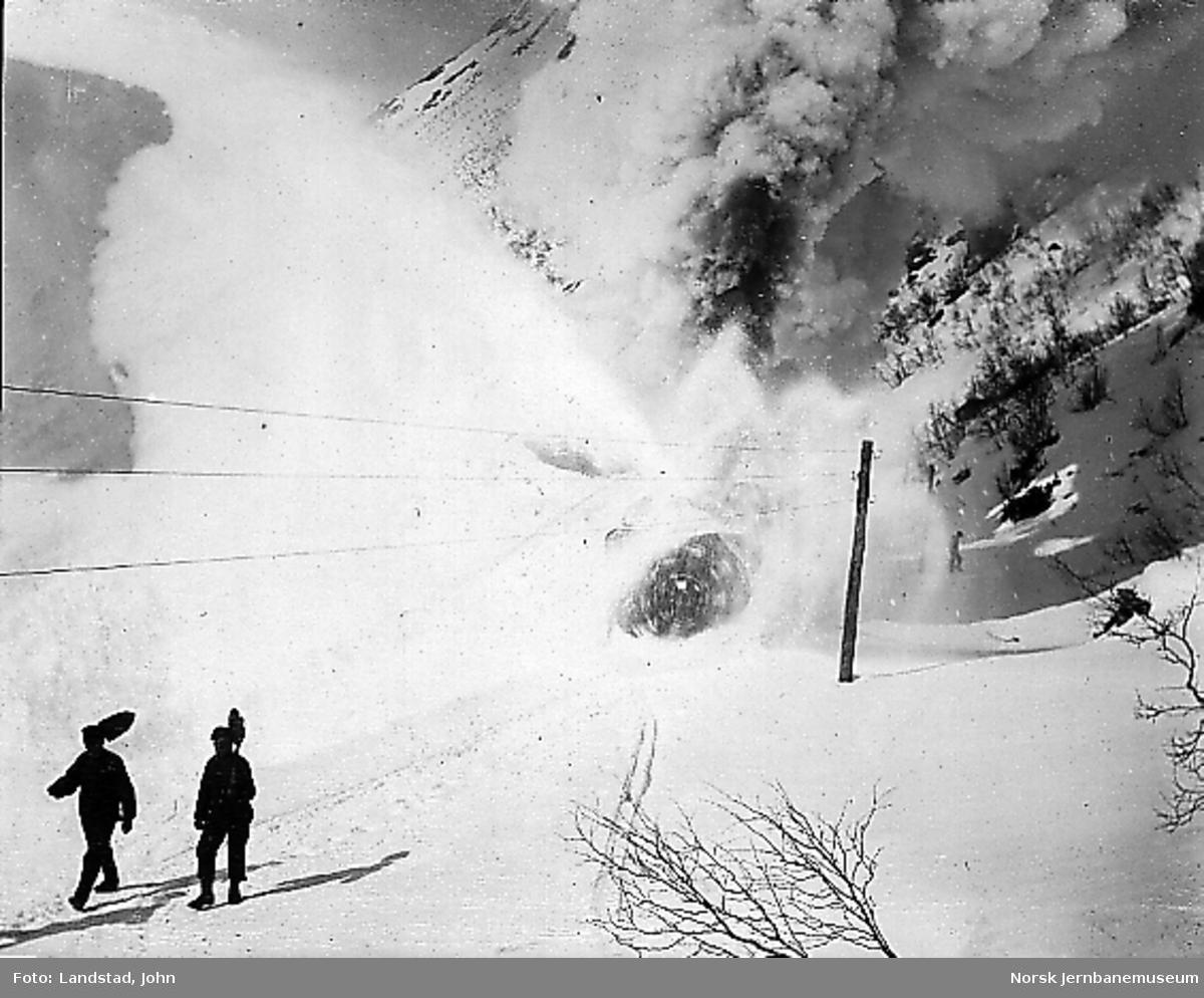 Roterende snøplog i arbeid i øst for Kleivane tunnel i 1908