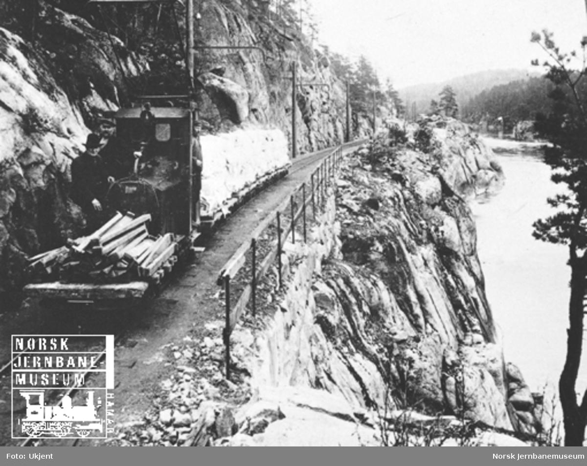 Elektrisk lokomotiv med tog på Skotfos-banen