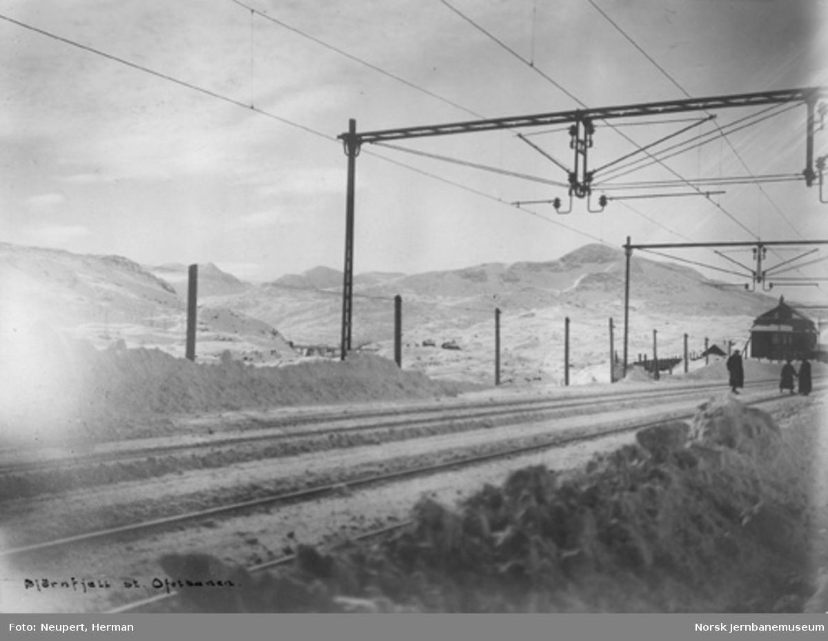 Vinterbilde fra Bjørnfjell gamle stasjon med Norddalsbrua i bakgrunnen