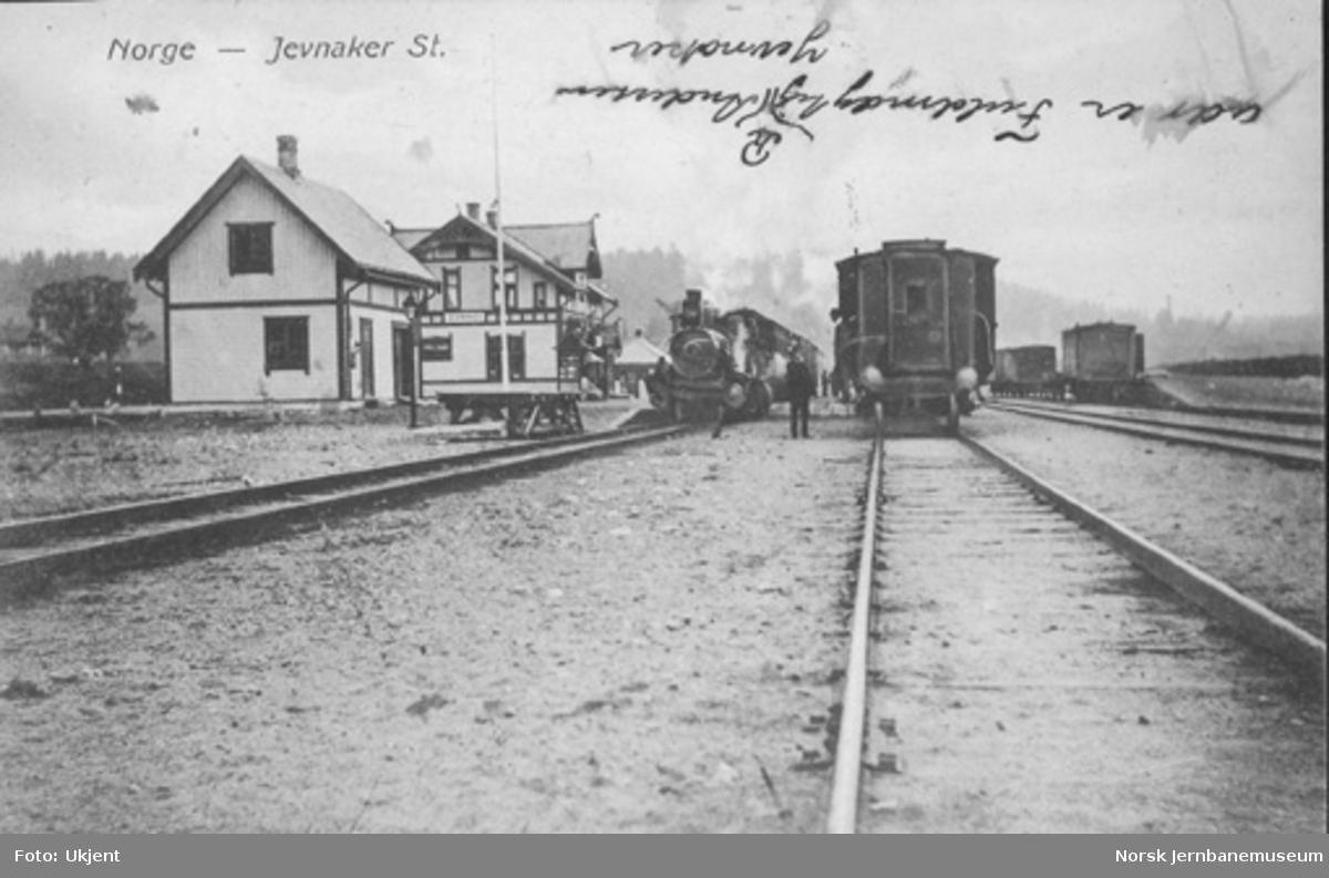 Jevnaker stasjon med tog i spor 1 og 2