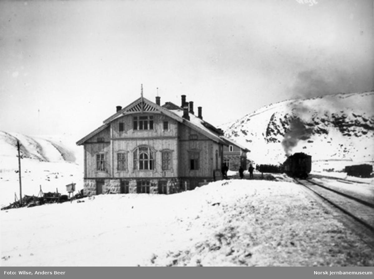 Haugastøl stasjon med hotellet i forgrunnen