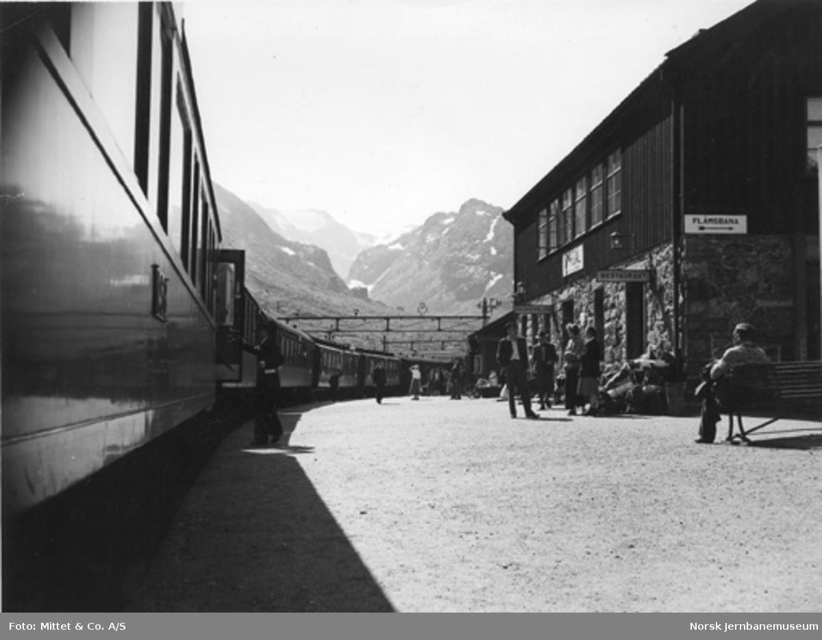 Myrdal stasjon : tog ved plattformen