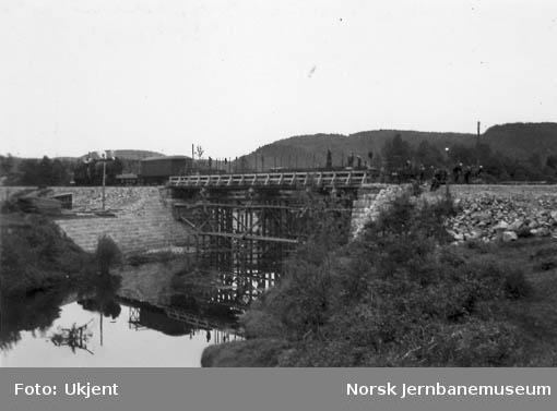Skinnelegging på provisorisk bru for Søgneelva, pel 1085