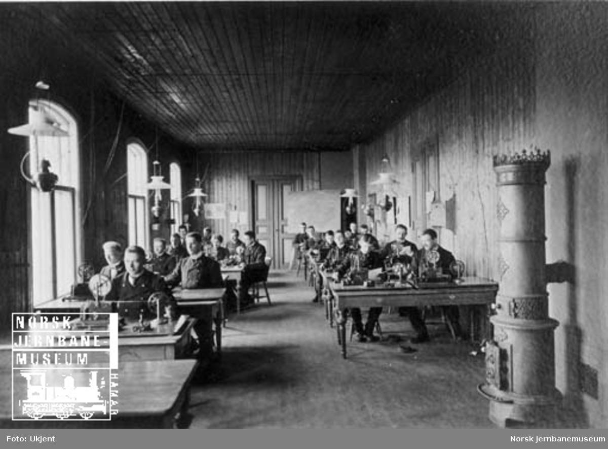 Jernbaneskolen - undervisningsrom med telegrafistkurs klasse B våren 1904