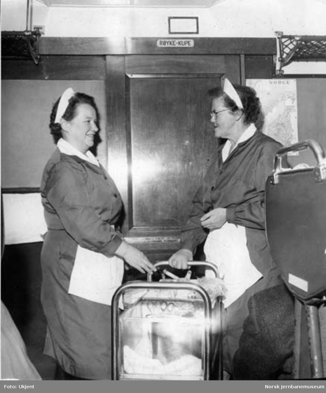 Servering av pølser fra trillevogn i toget