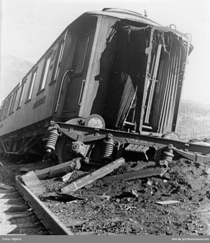 Avsporede vogner i nattog 306 ved km 229 mellom Losna og Fåvang -  avsporet sovevogn med foregående vogns bakerste boggi under vognen