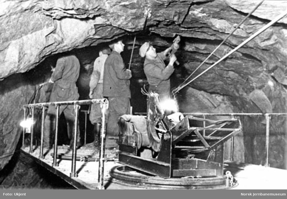 Lamellutmuring av tunneler : motordrevet renskebukk litra Rmb nr. 10 i bruk ved takrensk