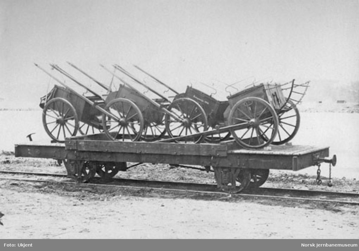 Militært materiell lastet på Randsfjordbanens godsvogn litra N nr. 387