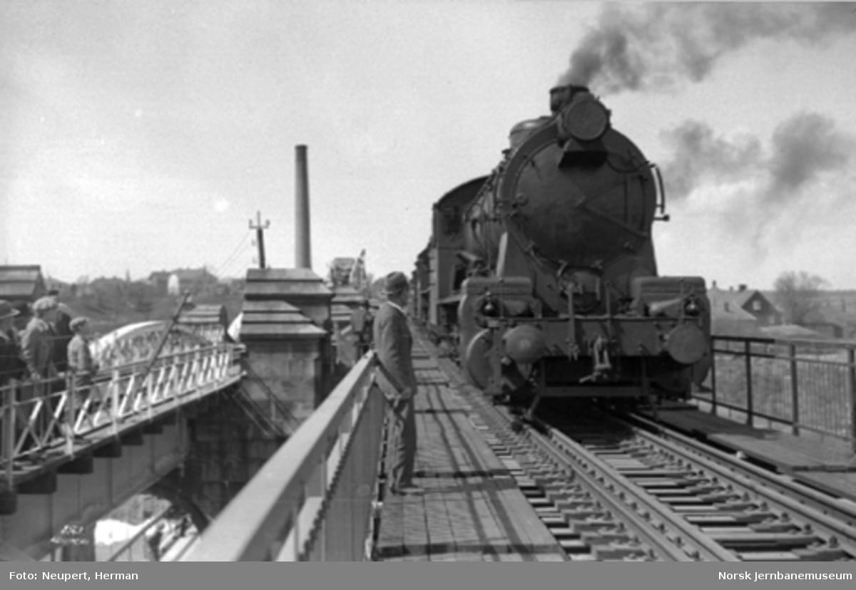 Ny jernbanebru over Glomma ved Sarpsfossen : belastningsprøve med damplokomotiver av type 29