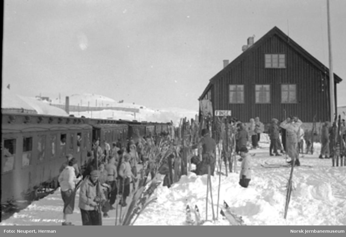 Påskereisende foran Oslotoget på Finse stasjon