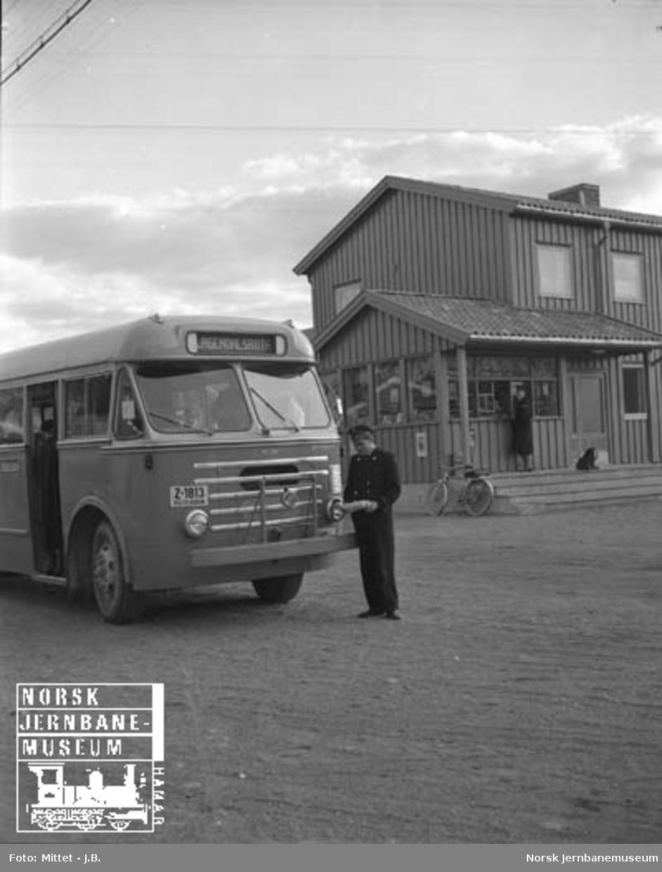 Lågendalsruten : rutebilstasjonen på Hvittingfoss med buss Z-1813