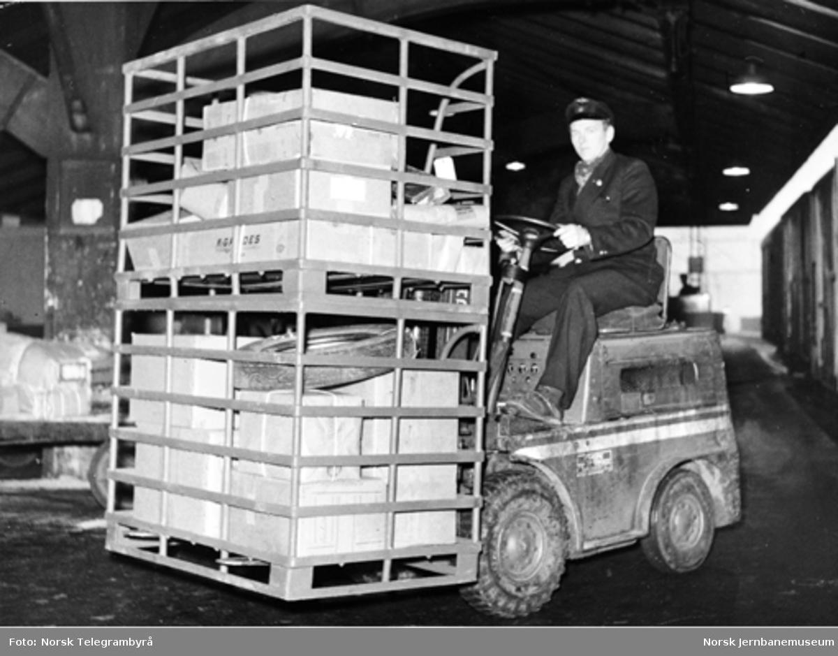 Truck med to transportbeholdere (pallbokser)
