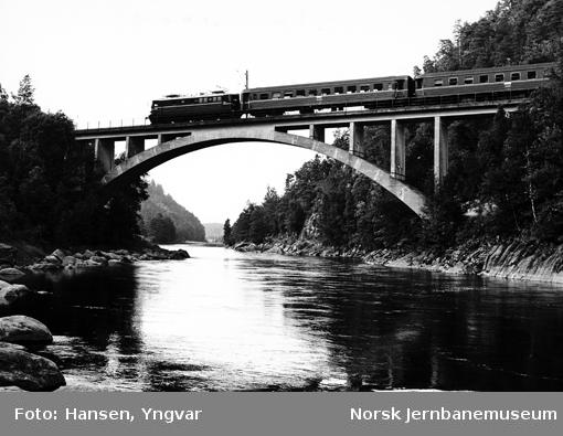 Sørlandsbanens vestgående dagtog på brua over Mandalselva