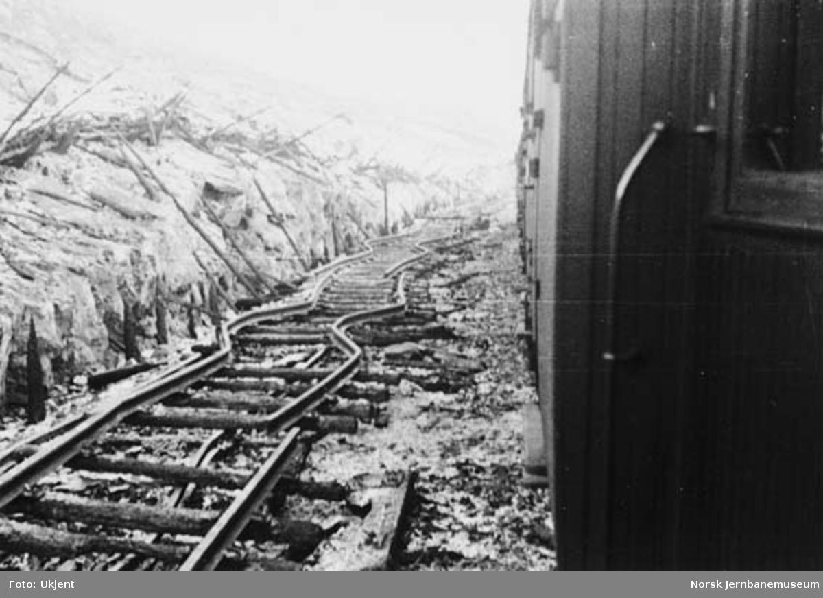 Hallingskeid stasjon etter brannen : ødelagt skinnegang