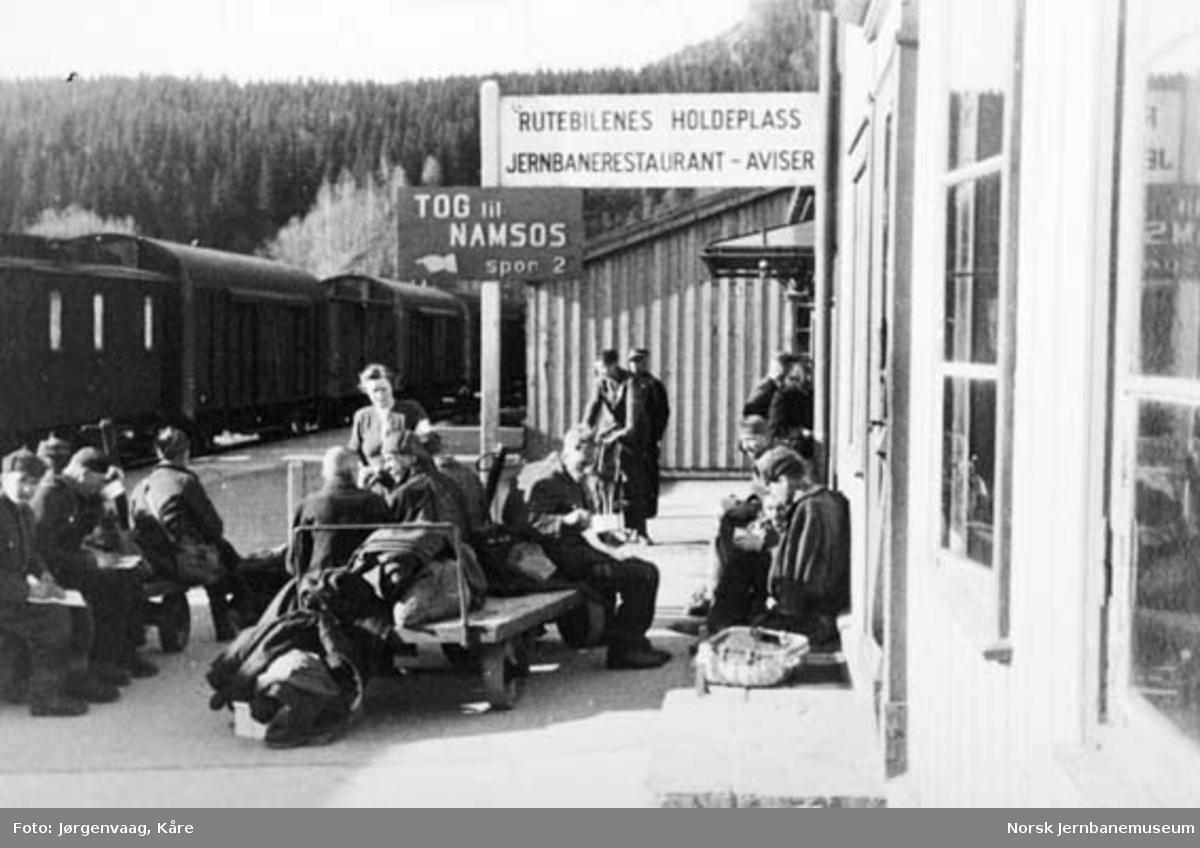 Russiske krigsfanger på Grong stasjon etter frigjøringen