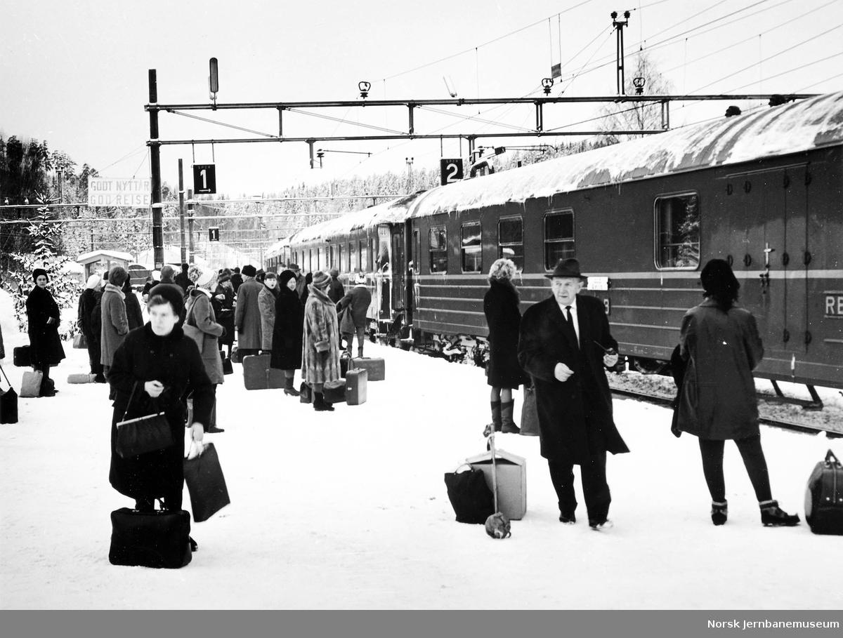 Reisende på Hønefoss stasjon med Bergenstoget
