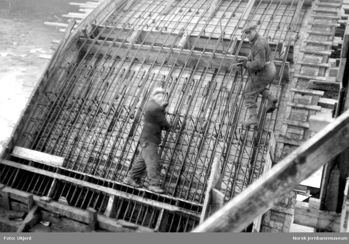 Bygging av Grønfjellåga bru : armering av buen med lamellforskaling