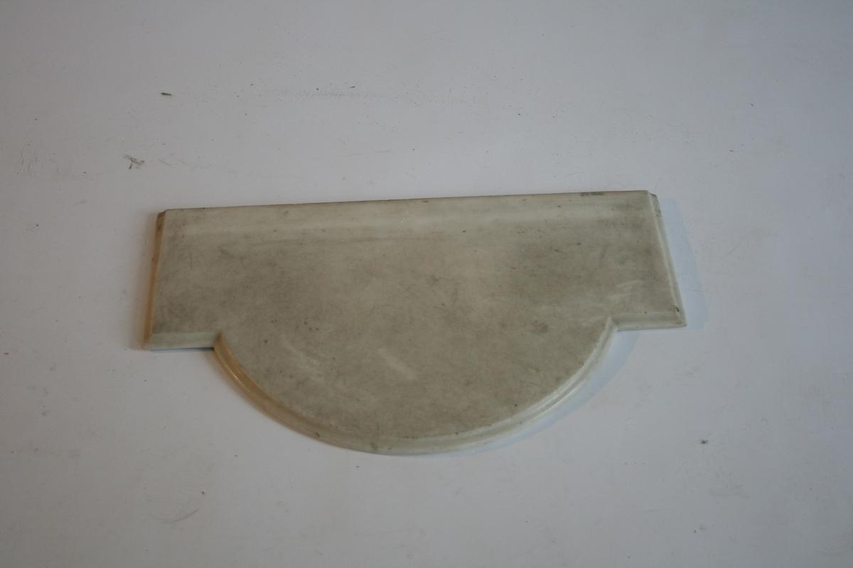 Speil med buet topp. Konsoll med buet marmorplate og kannelerte knekter. Forgylt