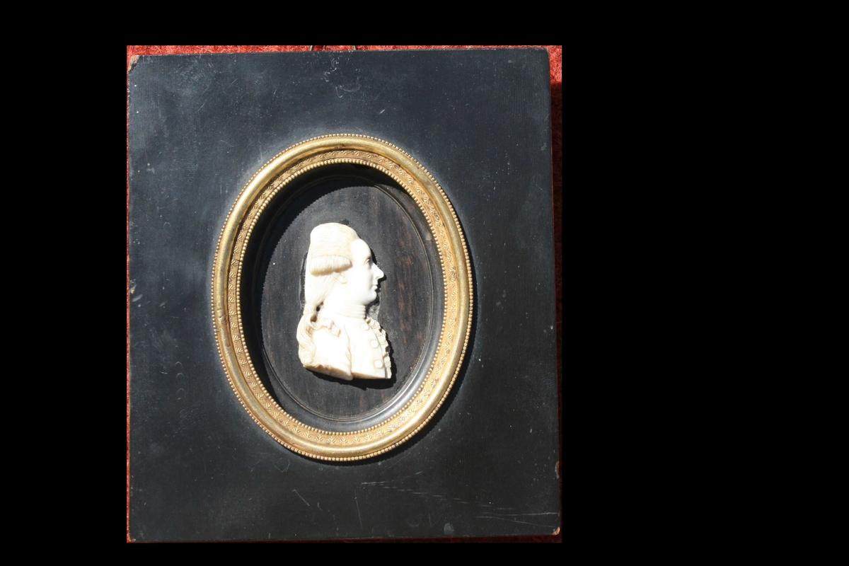 Relieff av mann, profil, rokokkofrisyre. Carsten Anker